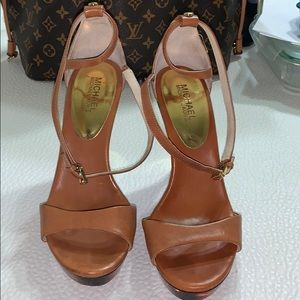 Michael kors brown/gold platform heel